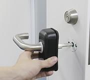 ③外側のドアにHandleLock本体を差し込みます。