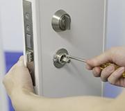 ④付属のネジを使い、ドアの内側から固定します。