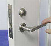 ⑤内側のドアに元のハンドルを取り付けたら完了です。
